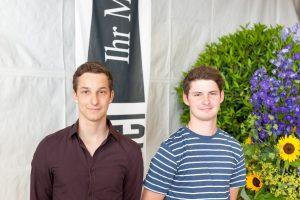 Geschafft! Die beiden frisch gebackenen Schreiner Lukas Amiet und Renato Spiegel.