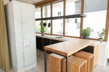 Treffpunkt Küche: Bar und Hocker sind aus massiver Eiche gefertigt.
