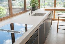 Verblüffende Wirkung: Die Arbeitsfläche ist aus Keramik in Betonoptik.