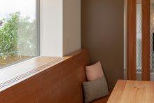 Der nahtlose Übergang von Sitzbank zu Fensterrahmen ergibt eine rahmenlose Optik beim Fenster