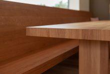 Das Tischblatt des massgefertigten Tisches ist auf Gehrung gefertigt