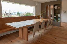 Esstisch, Sitzbank und Fenstersims aus Massivholz