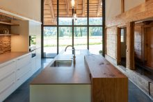 Recycling vom Schönsten: Tablare und Bar sind aus Altholz von den Wänden gefertigt.