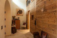 Die Wand aus Altholz: ein echter Hingucker und Stimmungsmacher